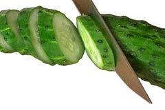 Hugga av gurkan med knivcloseupen Makro av skivade gröna grönsakstycken Organiskt laga mat för kök eller vegetarisk meny inget arkivfoto