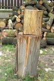 Hugga av kvarteret för att hugga av trä Royaltyfria Bilder