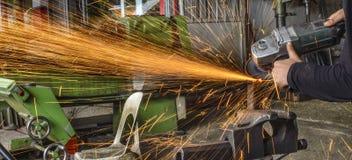 Hugga av metallarbetaren i fabriken Royaltyfri Fotografi