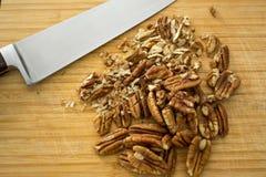 Hugga av pecannötter, detalj Arkivbilder
