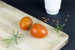 hugga av tomater för bräde Fotografering för Bildbyråer