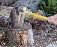 hugga av trä arkivfoton