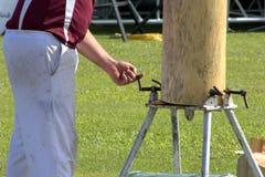 hugga av trä fotografering för bildbyråer