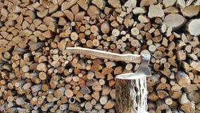 Hugga av trä med en yxa Bakgrund Royaltyfri Fotografi