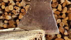 Hugga av trä med en yxa Bakgrund Royaltyfri Bild
