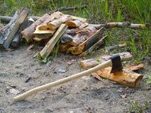 hugga av vedträ för yxa Arkivfoto