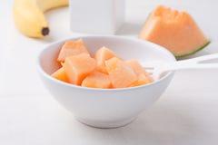 Huggen av cantaloupmelon i en bunke Royaltyfria Foton