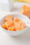 Huggen av cantaloupmelon i en bunke Arkivbild