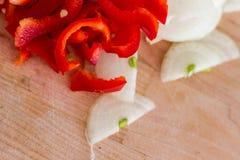 Huggen av lök och peppar Arkivbilder