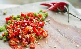Huggen av ny röd chili Royaltyfria Foton