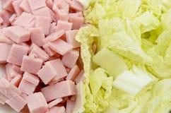 Huggen av skinka och huggen av grönsallat Royaltyfri Foto
