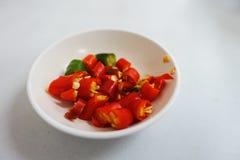 Huggen av thailändsk röd chili Arkivfoto