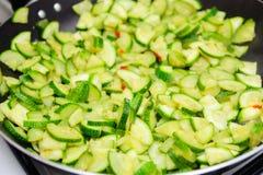 Huggen av zucchini Arkivbilder
