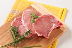 hugger av rå pork Fotografering för Bildbyråer