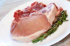 hugger av rå pork Arkivfoton