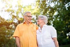 Huggingin supérieur heureux de couples en parc Photographie stock