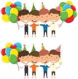 Huggings lindos de los muchachos y globos brillantes coloridos que llevan Fotografía de archivo libre de regalías