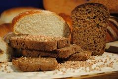 Huggit av bröd arkivbilder