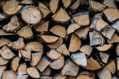 huggit av förberett vinterträ för brand stapel Royaltyfri Fotografi