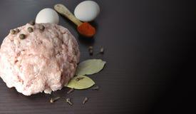 Huggit av kött med kryddor - peppra, paprika arkivbild