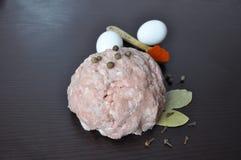 Huggit av kött med kryddor - peppra, paprika royaltyfria foton