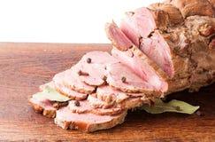 Huggit av kokt griskött på träbräde med kryddor Fotografering för Bildbyråer