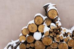 Huggit av materiel av vedträt under snö på gatan Vedträ för spis och bbq arkivbilder