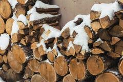 Huggit av materiel av vedträt under snö på gatan Vedträ för spis och bbq fotografering för bildbyråer