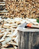 Huggit av trä travde i en vedtrave och förberett för att värma i vinter arkivfoton
