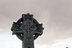 Huggit kors för sten klosterbroder Arkivbilder