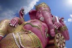 Hugh Pink Genesha elefantguden som rider en mus, Herren av framgång, främsta hinduiska gudar, blå himmel och molnet, tillfogad so Arkivbild