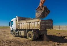 Hugh usypu ciężarówka wypełniająca z ekskawatorem obrazy royalty free