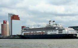 Hughe kryssningskepp på kajen i porten av Rotterdam Arkivfoto