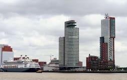Hughe kryssningskepp på kajen i porten av Rotterdam Fotografering för Bildbyråer
