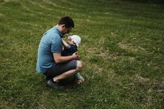 huging在公园的女儿和父亲 免版税图库摄影