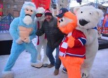 Hugo Girard mit Maskottchen Youppi! , Yeti und Eisbär Lizenzfreies Stockbild