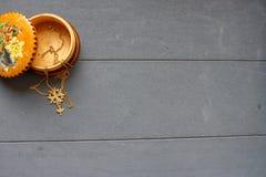 Huguenot kors i en träbunke royaltyfri bild