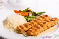 Huhn Adana Kebap gedient mit Reis-Pilaf-Gemüse und Rot VI Lizenzfreies Stockbild