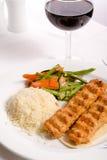 Huhn Adana Kebap gedient mit Reis-Pilaf-Gemüse und Rot VI Stockbilder