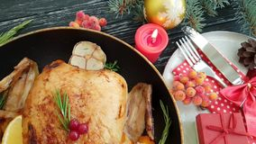 Huhn briet ganzes, Bratpfanne, auf einer schwarzen hölzernen Zeitlupe des neuen Jahres des Hintergrundes stock video