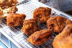 Huhn briet knusperig aber das Fleisch ein köstliches Aroma zum Malz stockbilder