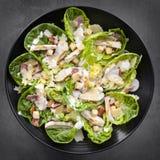 Huhn Caesar Salad Overhead View Stockbild