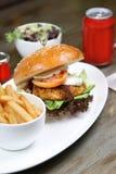 Huhn-cajun Burger mit Salat und Soda lizenzfreie stockfotografie