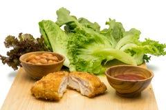 Huhn Cordon bleu mit Gemüse, weißen Bohnen und Tomate sauc Lizenzfreie Stockfotos