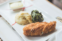 Huhn Cordon bleu mit Kartoffelpüree und grünem Gemüse Lizenzfreie Stockbilder