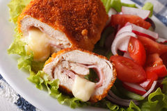 Huhn cordon bleu und Frischgemüsesalatnahaufnahme horizonta Stockfoto