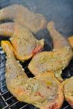 Huhn, das auf Grillgrill, Nahaufnahme kocht Stockfotos