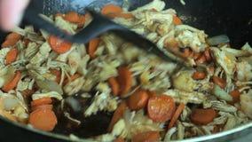 Huhn, das mit dem Gemüse gemischt kocht stock footage