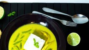Huhn in der Kokosnusssoße mit Gewürzen Schüssel Hühnercurry in einer sahnigen Soße Gelber Curry des Huhns stockfotos