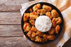 Huhn in der orange Soße mit Reis auf einer Platte Horizontale Spitze konkurrieren Stockfotos